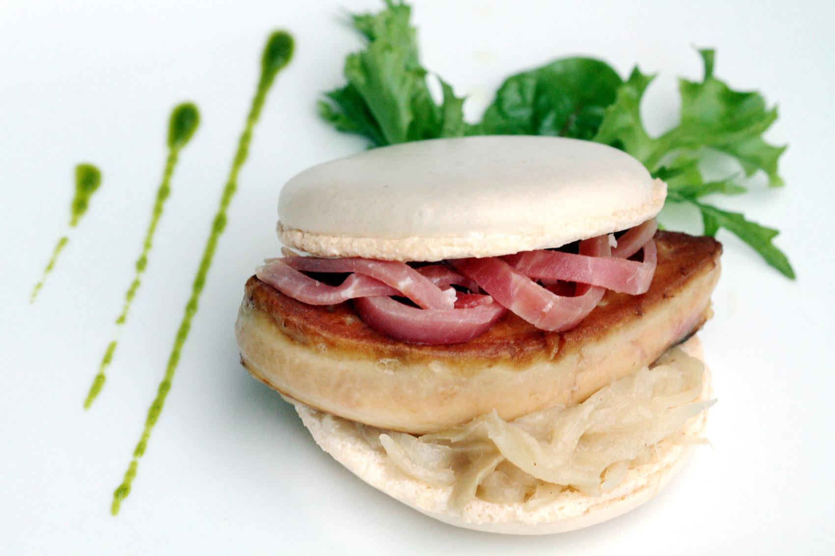 Macaron au foie gras poêlé et sa compotée d'oignon doux des Cévennes par Gérard Cabiron, de Cabiron Traiteur