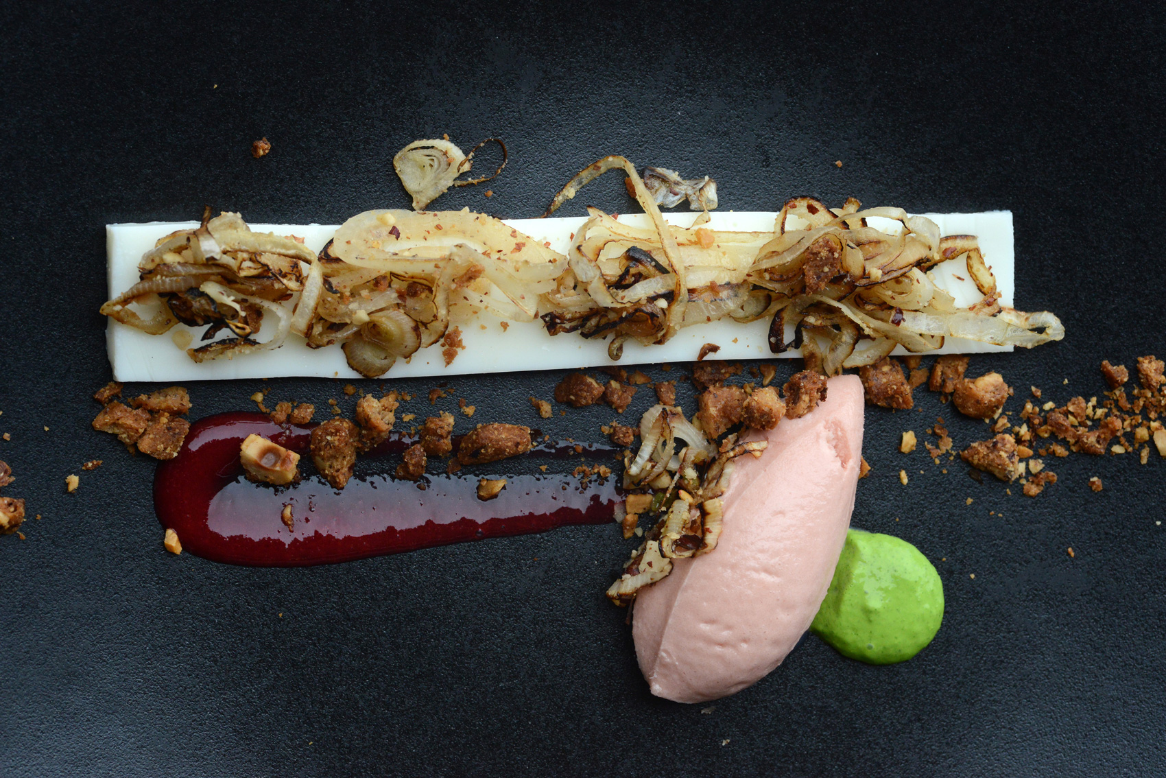 Panna cotta aux oignons doux des Cévennes, crumble à la noisette et sorbet à la tomate