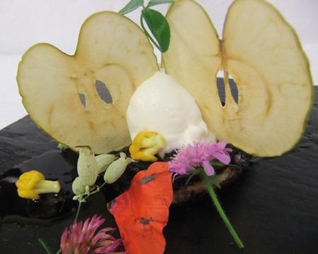 Tarte à l'oignon doux des Cévennes, caramélisé façon tatin, crème glacée de brebis fermier, cristalline de pomme verte
