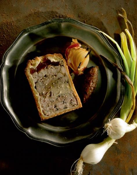 Pâté en croûte au foie gras et ris de veau, chutney d'oignon doux des Cévennes