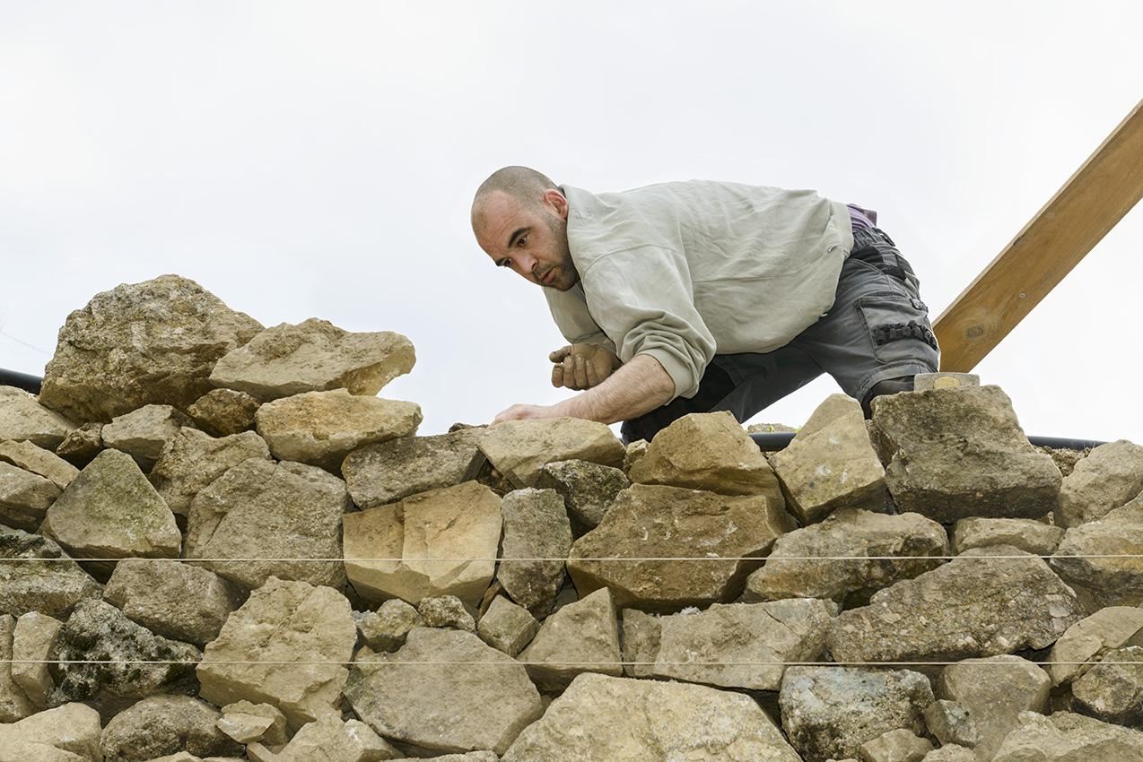 En janvier, Gaël restaure un mur de terrasse