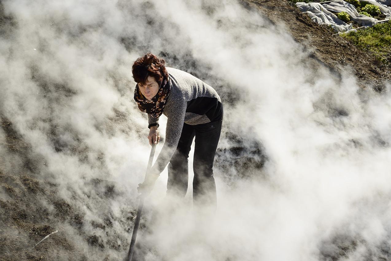 En février, francine prépare sa pépinière dans un nuage de vapeur d'eau