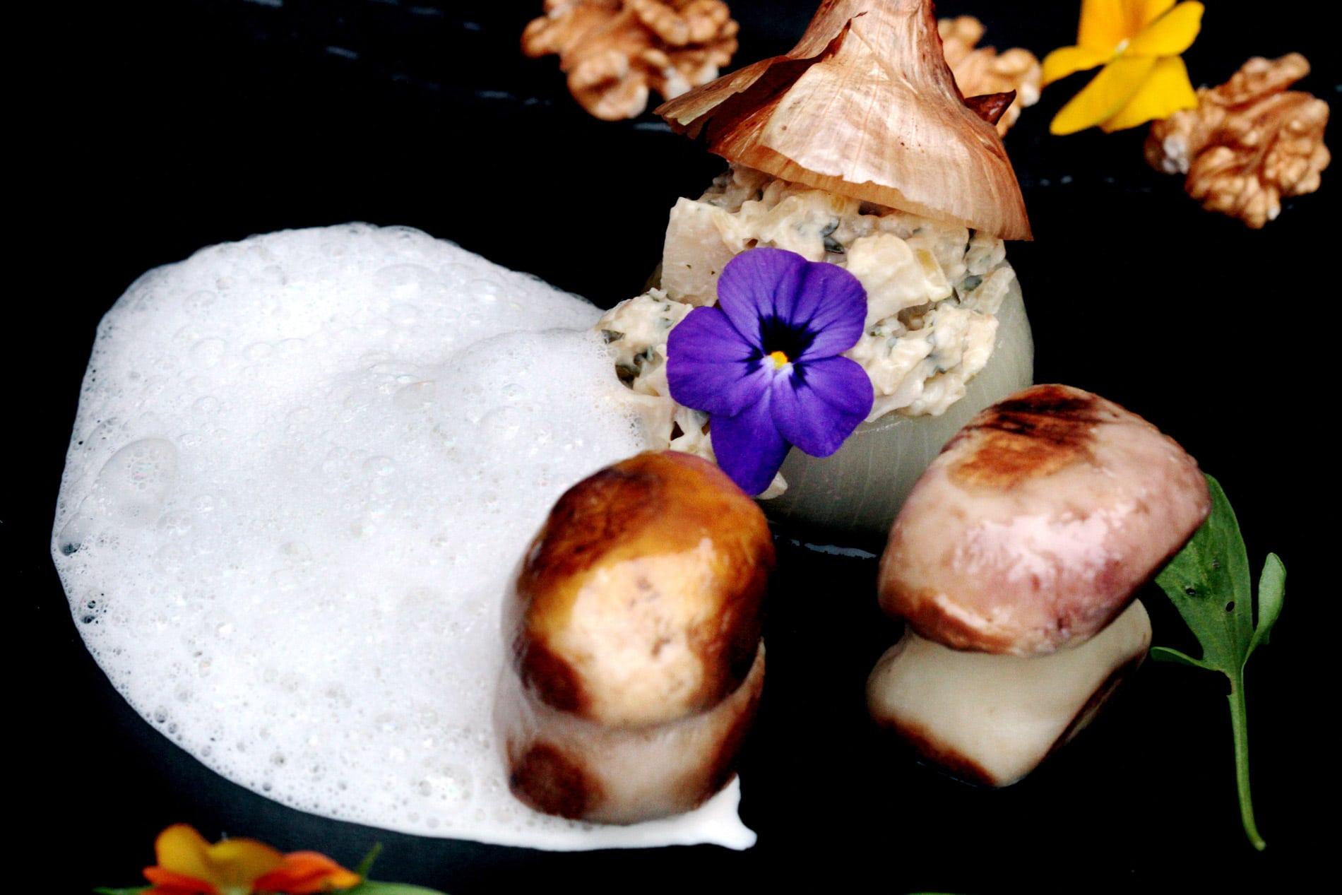 Oignons doux des Cévennes rôtis aux cèpes, émulsion à l'huile de noix