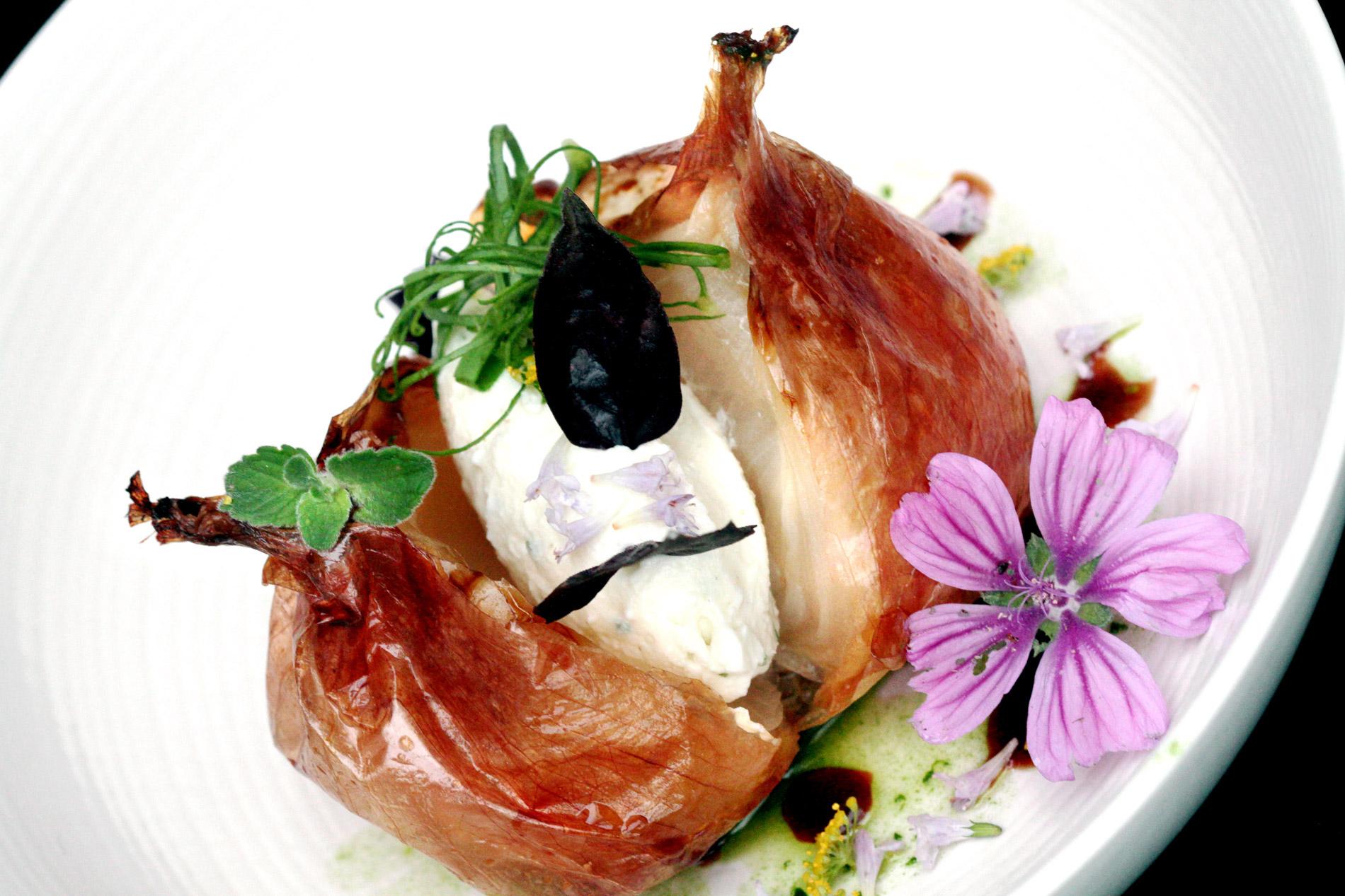 Oignons doux farcis au fromage de chèvre, vinaigrette parfumée aux fanes