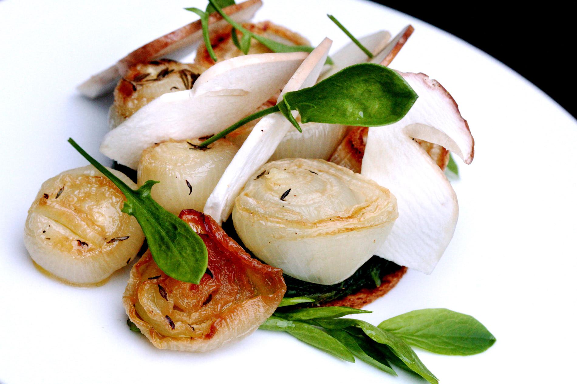 Tarte fine d'oignons doux des Cévennes, cèpes et épinards au citron confit